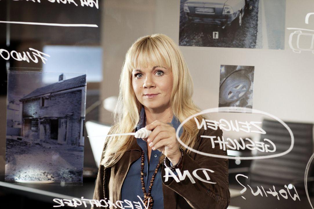 Begibt sich auf Spurensuche bei ungeklärten Straftaten: Julia Leischik ... - Bildquelle: SAT.1