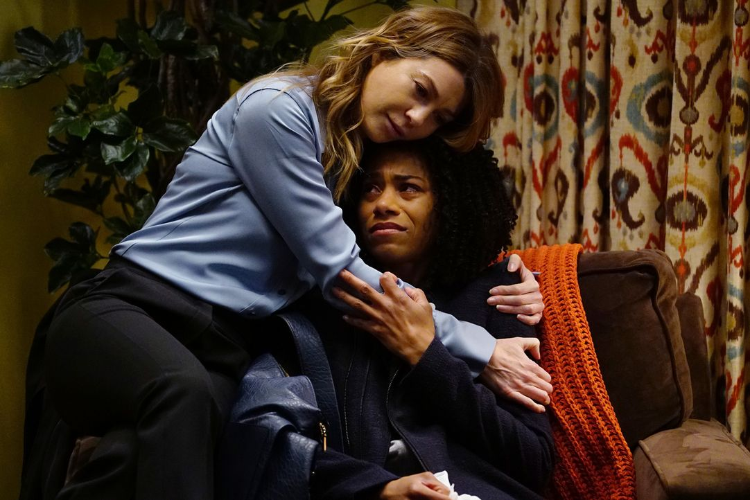 Der Tod ihrer Mutter beschäftigt Maggie (Kelly McCreary, r.) arg. Doch kann Meredith (Ellen Pompeo, l.) sie etwas aufheitern? - Bildquelle: Richard Cartwright 2017 American Broadcasting Companies, Inc. All rights reserved.