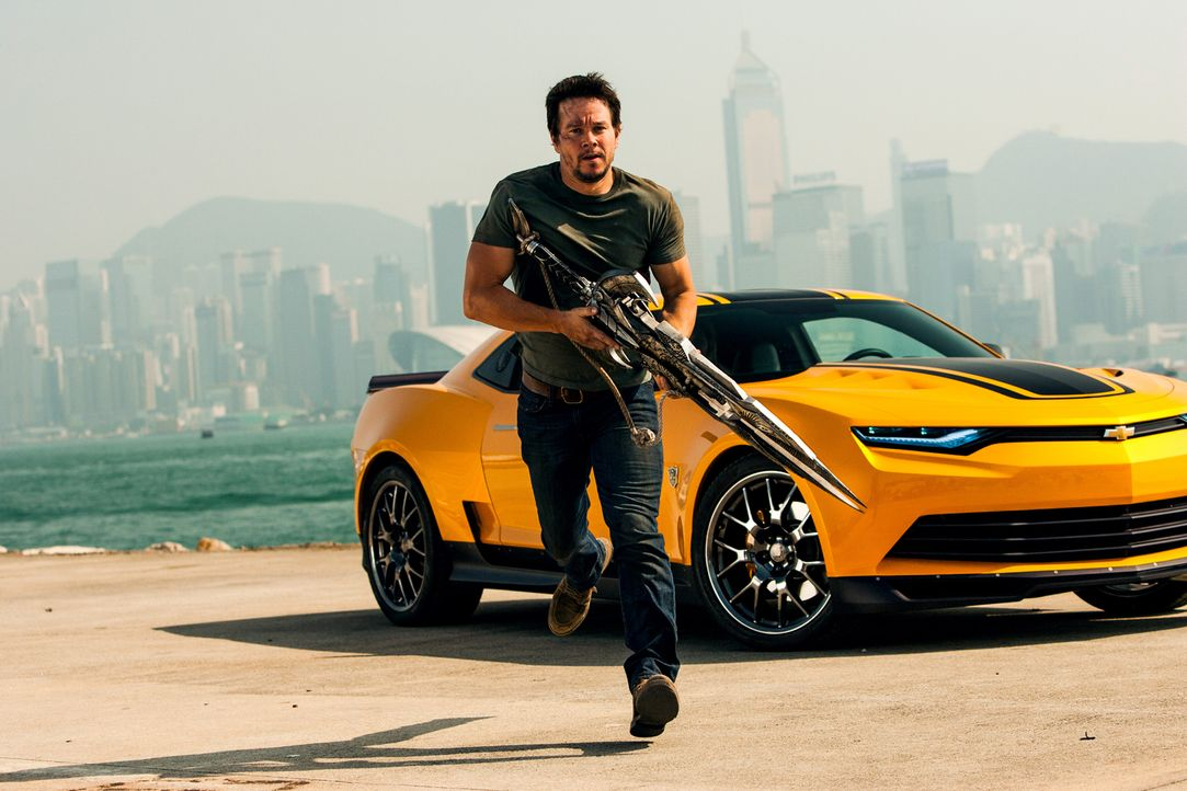 Fünf Jahre nach dem Krieg zwischen Autobots und Decepticons macht die CIA Jagd auf beide Alien-Gruppen. Als der Tüftler Cade Yaeger (Mark Wahlberg)... - Bildquelle: (2016) Paramount Pictures. All Rights Reserved. TRANSFORMERS, its logo & all related characters are trademarks of Hasbro & are used with permission.