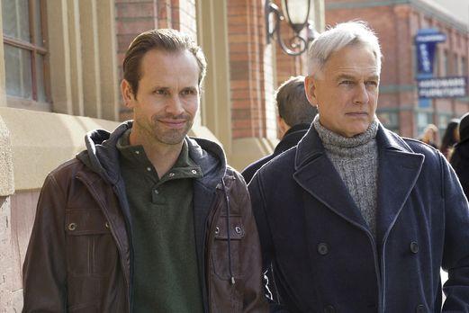 Warum nimmt Gibbs (Mark Harmon, r.) seinen Decknamen an und taucht unter, als...