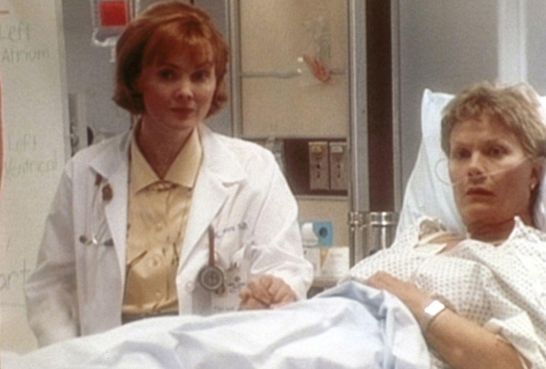 Lewis hat Probleme, mit schwierigen Patienten fertig zu werden. Dr. Weaver (Laura Innes, l.) nutzt wieder einmal die Chance, Lewis auf ihre Schwäch... - Bildquelle: TM+  WARNER BROS.