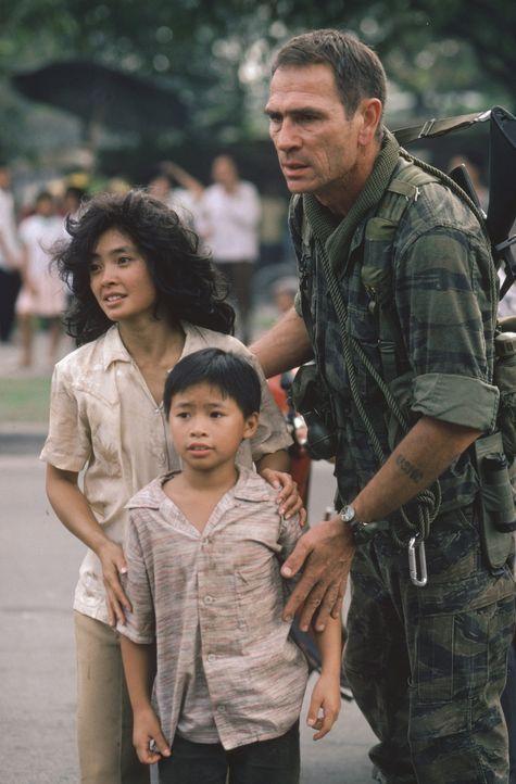 Mit der Hilfe von Steve (Tommy Lee Jones, r.) kann Le Ly (Hiep Thi Le, l.) mit ihren Geschwistern nach Amerika entkommen ... - Bildquelle: Warner Bros.