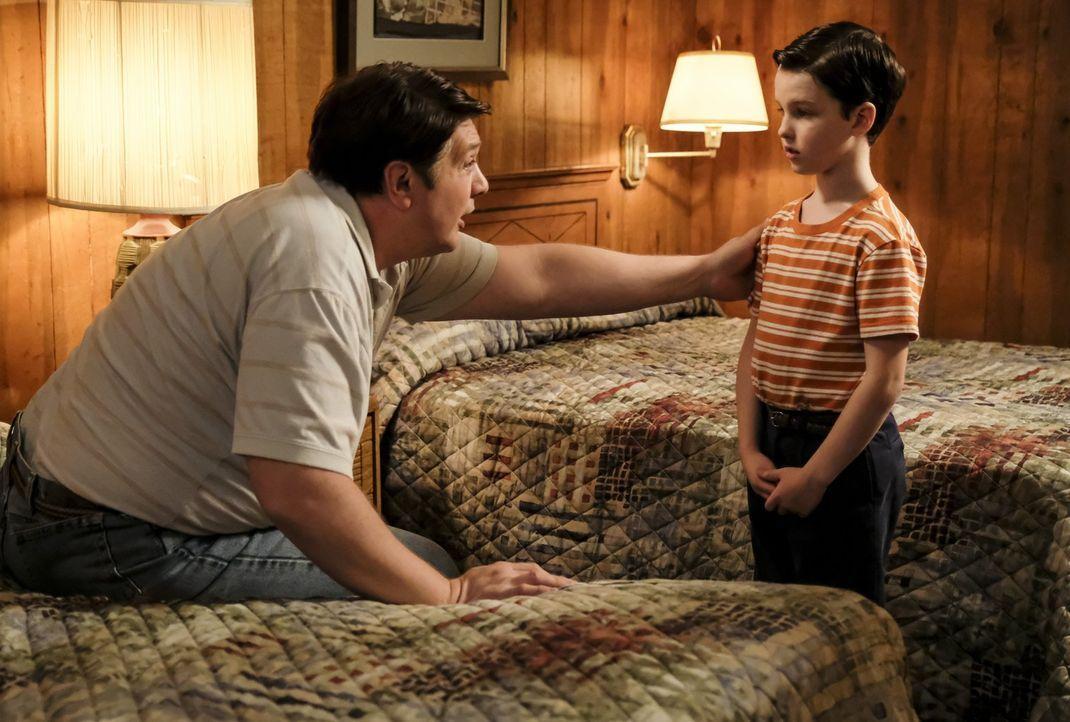 Wird es George (Lance Barber, l.) tatsächlich gelingen, sein Verhältnis zu Sheldon (Iain Armitage, r.) ausgerechnet mit einem Ausflug zu verbessern? - Bildquelle: Warner Bros.