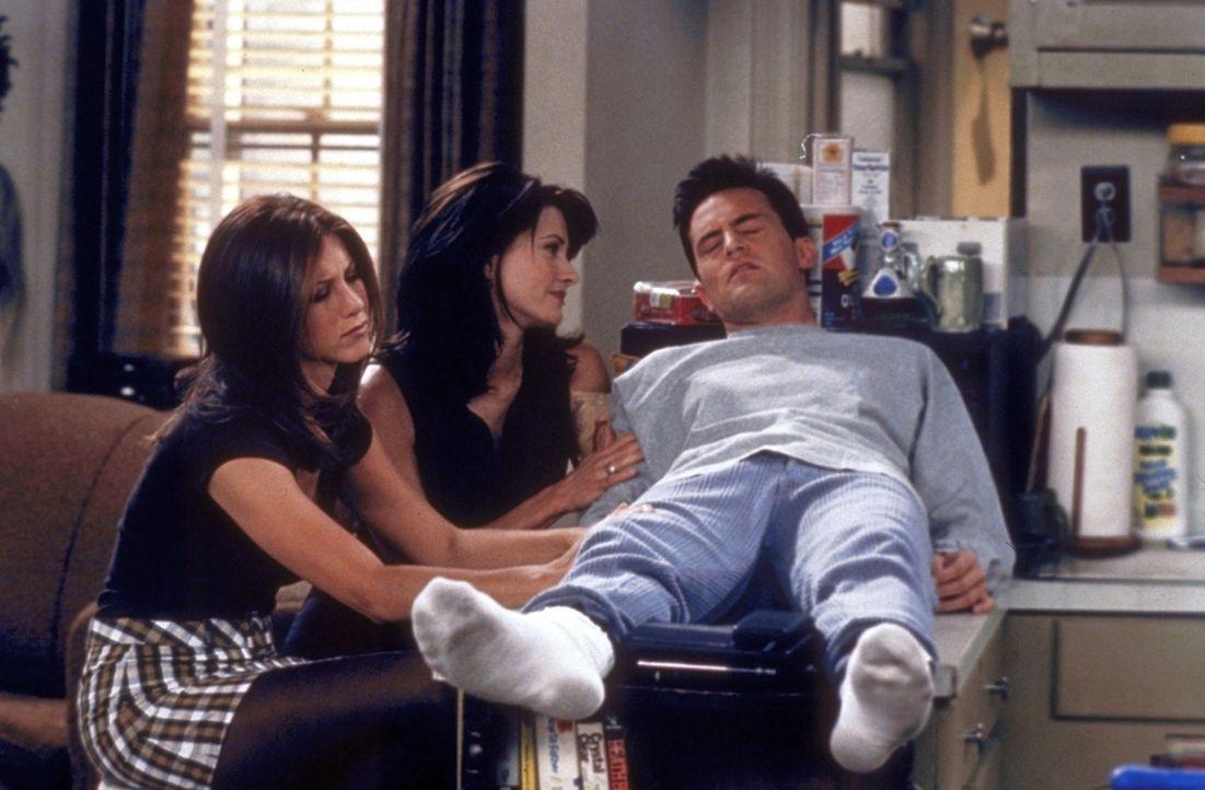 Rachel (Jennifer Aniston, l.) und Monica (Courteney Cox, M.) kümmern sich liebevoll um den verstörten Chandler (Matthew Perry, r.). - Bildquelle: TM+  2000 WARNER BROS.