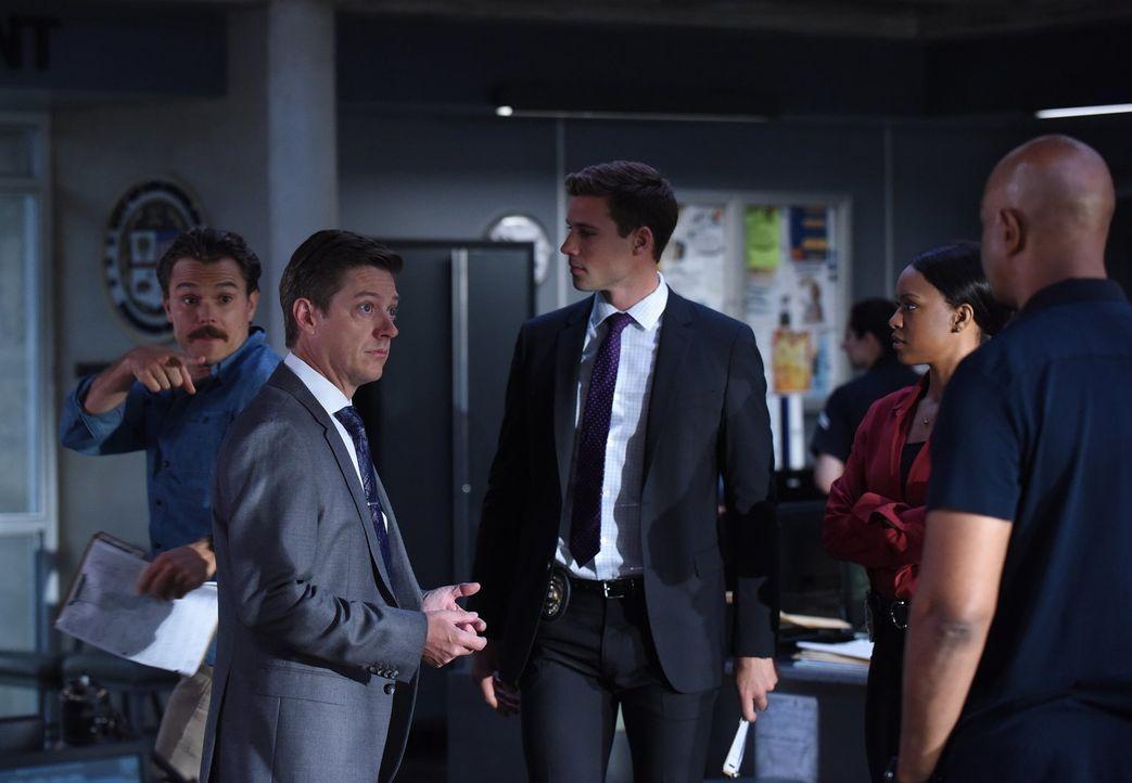 Als Avery (Kevin Rahm, 2.v.r.) nach dem aktuellen Stand der Ermittlungen fragt, reißt Riggs (Clayne Crawford, l.) die Akte des Mordopfers, Kenny, au... - Bildquelle: Warner Brothers