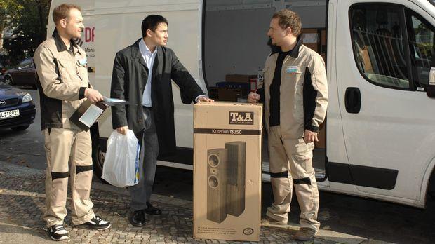 Christoph (l.) und Lars (r.) verkaufen direkt aus dem Lieferwagen heraus bill...