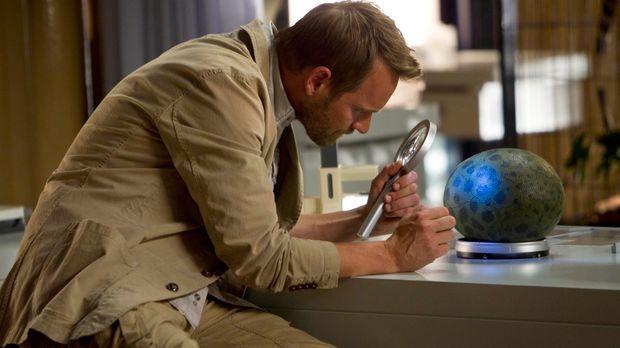 Malcolm (Rod Hallett) findet ein verwaistes Dinosaurier-Ei. Zoe ist begeister...