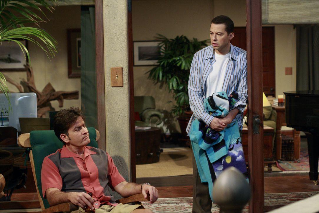 Während Alan (Jon Cryer, l.) in der Immobilienagentur seiner Mutter einen Aushilfsjob annimmt, um sich das Geld für eine eigene Wohnung zu verdienen... - Bildquelle: Warner Bros. Television