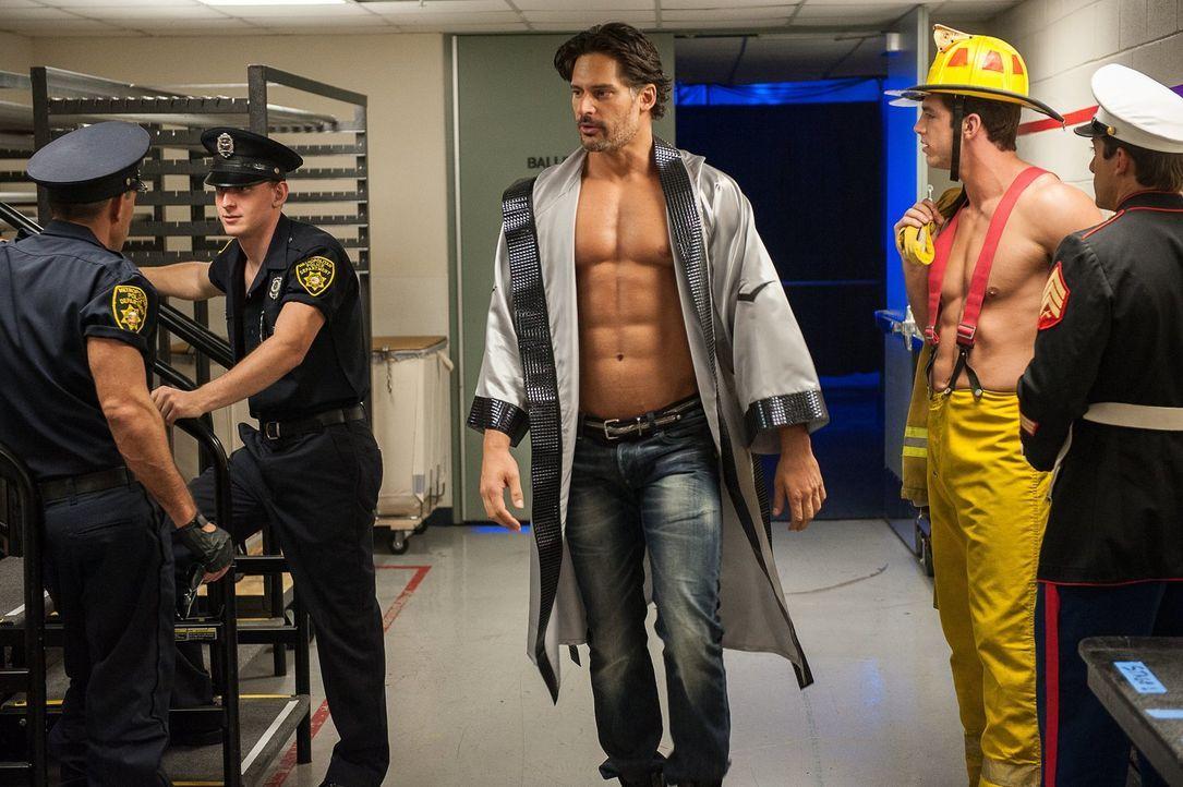 Lassen sich Big Dick Richie (Joe Manganiello, M.) und seine Kumpel auf Mikes Idee ein, kurz vor der Show das ganze Programm umzuschmeißen? - Bildquelle: Warner Bros.