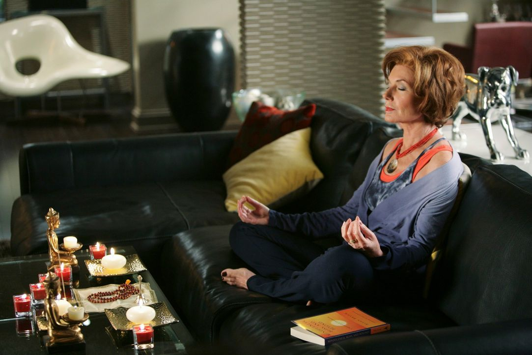 Martha (Susan Sullivan) entspannt auf ihre Art und Weise ... - Bildquelle: ABC Studios