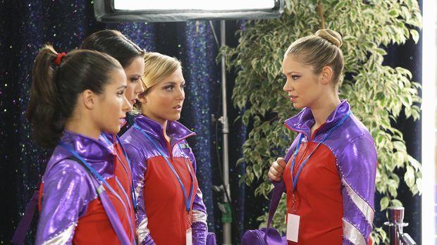 Die Meisterschaften stehen an: Kylie (Josie Loren, l.), Emily (Chelsea Hobbs,...