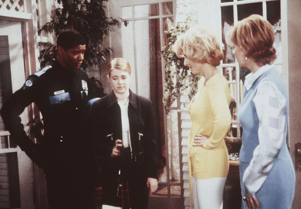 Sabrina (Melissa Joan Hart, 2.v.l.) ist trotz des Verbots ihrer Tanten Zelda (Beth Broderick), 2.v.r.) und Hilda (Caroline Rhea, r.) auf einem Staub... - Bildquelle: Paramount