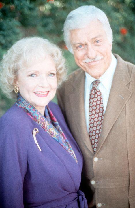 Dr. Sloans Schwester Dora (Betty White, l.) hat sich während der Renovierungsarbeiten an ihrem Haus bei ihrem Bruder (Dick Van Dyke, r.) einquartier... - Bildquelle: Viacom