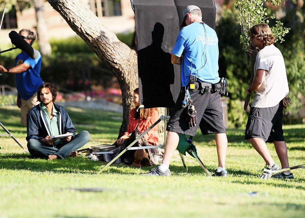 ashton-kutcher-filmset-jobs-12-06-18-08-comjpg 1990 x 1423 - Bildquelle: WENN.com