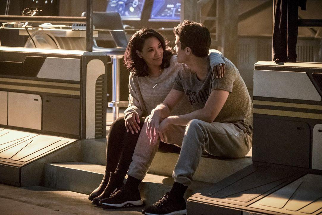 Noch ahnen Iris (Candice Patton, l.) und Barry (Grant Gustin, r.) nicht, dass DeVoe schon bald nicht mehr ihr einziges Problem sein wird ... - Bildquelle: 2017 Warner Bros.
