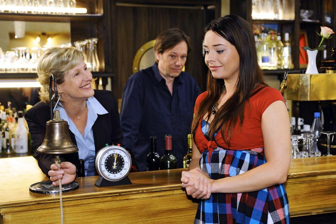 Susanne (Heike Jonca, l.) und Armin (Rainer Will, M.) organisieren im Restaurant ein Speeddating. Doch für Paloma (Maja Maneiro, r.) wird es zu ein... - Bildquelle: Sat.1