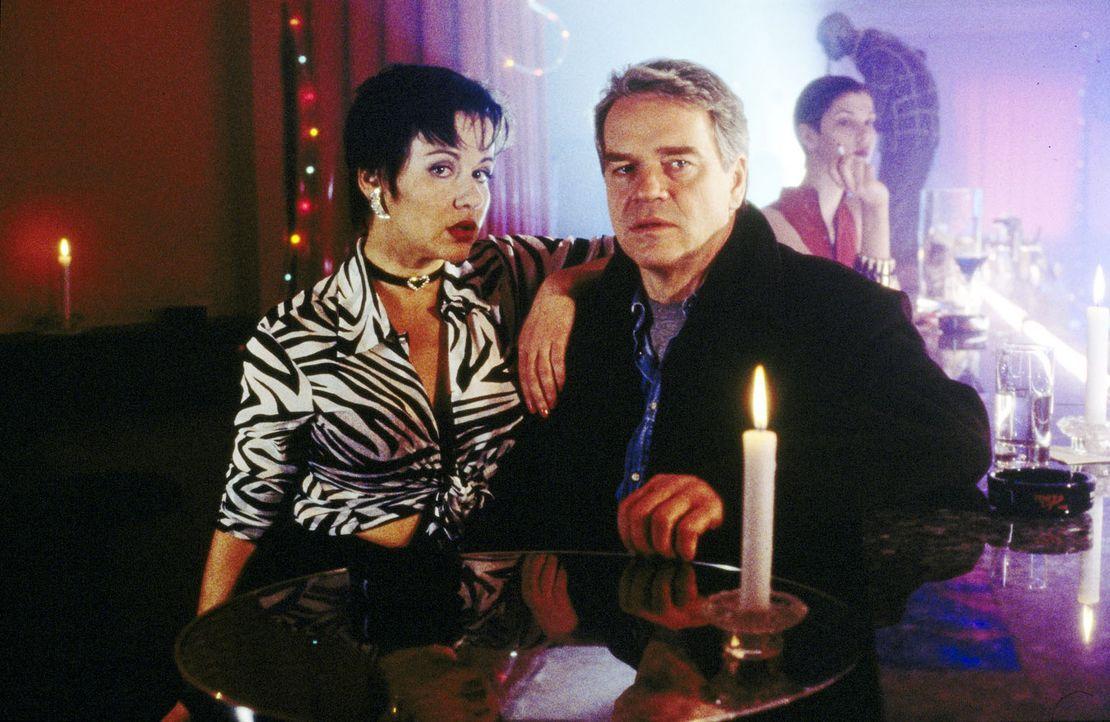 Kommissar Wolff (Jürgen Heinrich, r.) sucht die Prostituierte Anna Beyer (Gabriele Völsch, l.) auf, um sie über den ehemaligen Zuhälter Axel Bra... - Bildquelle: Alfred Raschke Sat.1
