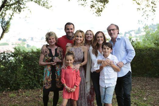 Für ein Familientreffen in einer toskanischen Villa, stellen sich Giada (4.v....
