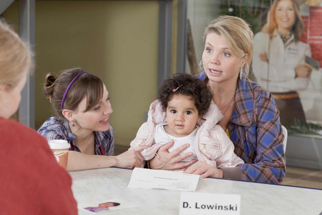 Frau Kolberg (Ulrike Bliefert, l.), die Leiterin eines Waisenhauses, sucht Hilfe bei Danni (Annette Frier, r.), da die kleine Momo (Angi Peters, 2.v... - Bildquelle: Frank Dicks SAT.1