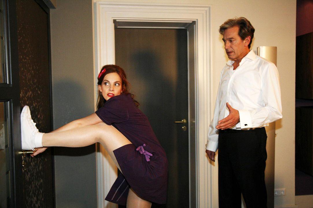 Als Manu (Marie Zielcke, l.) glaubt, Philip beim Ausspionieren von Mark zu beobachten, handelt sie kurz entschlossen und verriegelt die Tür. Julius... - Bildquelle: SAT.1