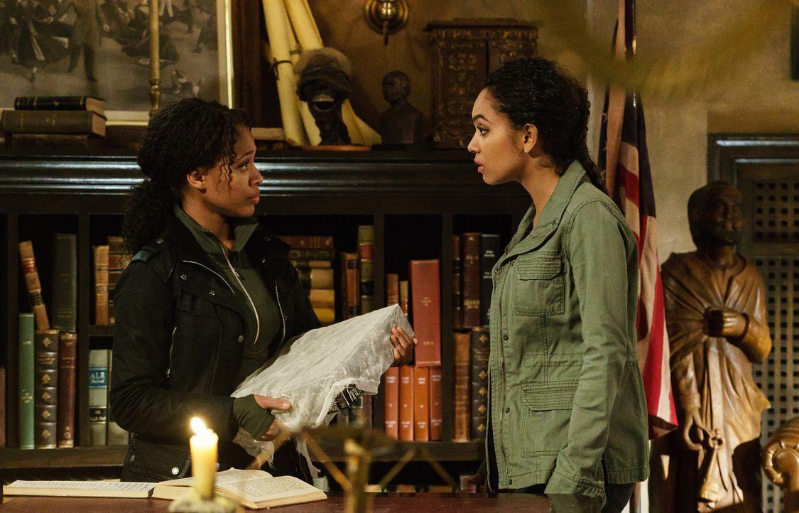 Während Abbie (Nicole Beharie, l.) in die Katakomben zurückkehren muss, erfährt Jenny (Lyndie Greenwood, r.) etwas Unerwartetes über ihren Vater ...... - Bildquelle: 2015-2016 Fox and its related entities.  All rights reserved.