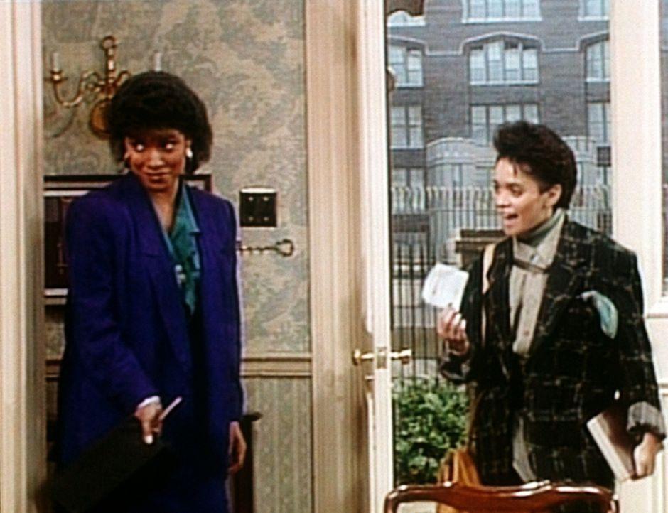 Denise (Lisa Bonet, r.) hat den Führerschein bekommen und ist überglücklich. Clair (Phylicia Rashad, l.) hingegen ahnt schon, was jetzt auf die F... - Bildquelle: Viacom