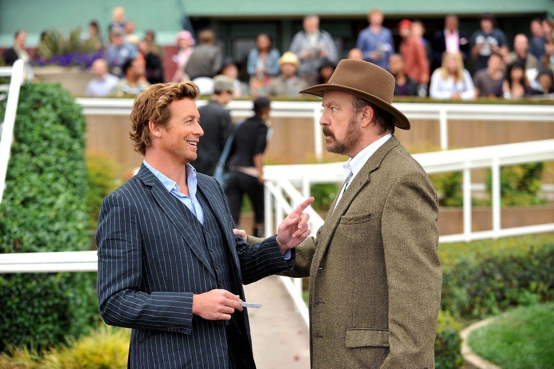 Der Jockey Bill Sutton wird erschlagen in einer Gasse aufgefunden. Patrick (Simon Baker, l.) beginnt mit den Ermittlungen und stößt auf Cobb (Jim... - Bildquelle: Warner Bros. Television