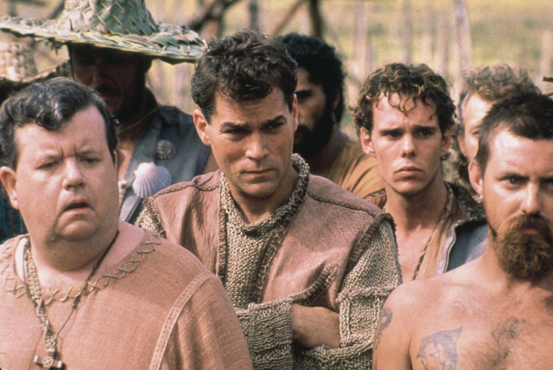 Robbins (Ray Liotta, M.) wird auf eine Gefängnisinsel verbannt ... - Bildquelle: Columbia Tristar International Television