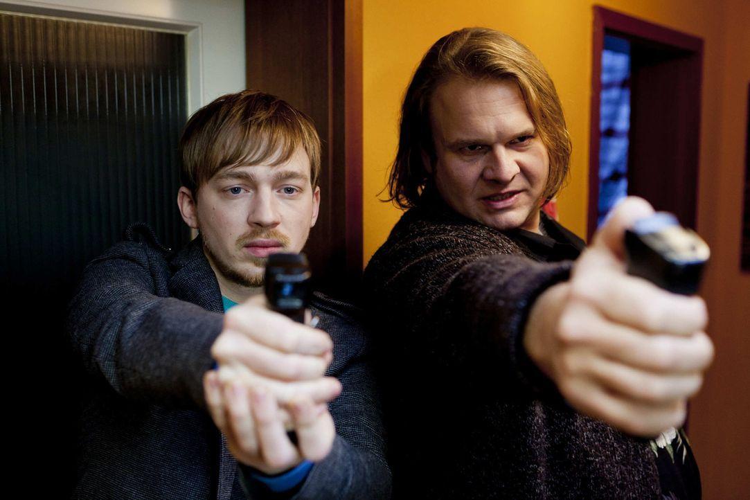 Damit Dustin, seine gerechte Strafe erhält, schrecken Nils (Tino Mewes, l.) und Hannes (Oliver Fleischer, r.) vor nichts zurück ... - Bildquelle: Frank Dicks SAT.1