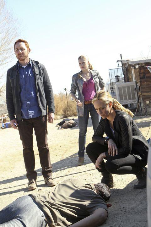 Bei den Ermittlungen: Dave (Scott Grimes, l.), Claire (Gilian Alexy, M.) und Paris (Kim Raver, r.) ... - Bildquelle: CBS Studios Inc. All Rights Reserved.