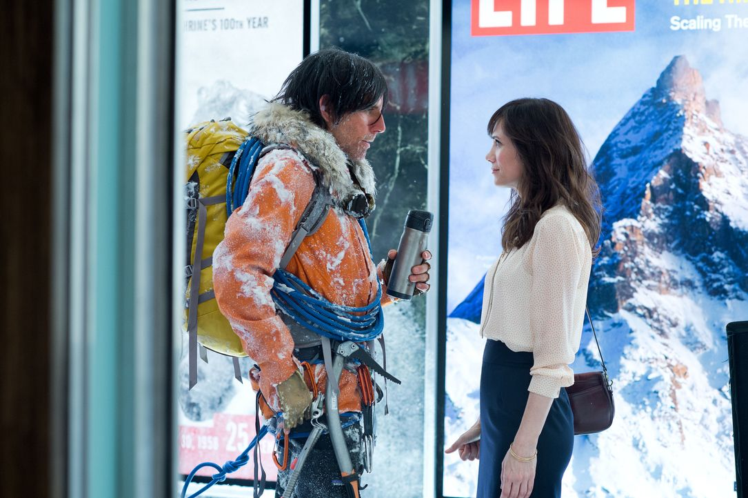 Das einzig Aufregende im Leben von Walter Mitty (Ben Stiller, l.) sind seine Tagträume. In diesen gelingt es ihm auch, seine charmante Kollegin Cher... - Bildquelle: 2013 Twentieth Century Fox Film Corporation.  All rights reserved.