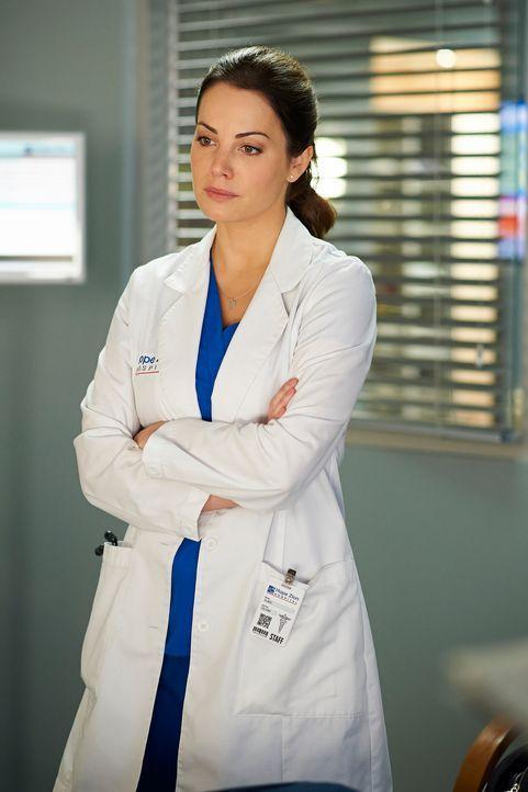 In der Krankenakte eines Patienten entdeckt Alex (Erica Durance) ein folgenreiches Geheimnis ... - Bildquelle: 2012  Hope Zee One Inc.