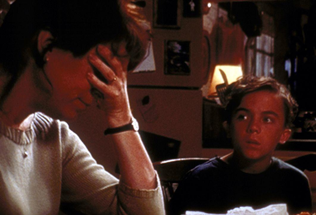 Francis (Christopher Masterson, l.) bekommt Ärger mit Stanley (Karim Prince, r.), weil er ständig telefoniert. - Bildquelle: TM +   2000 Twentieth Century Fox Film Corporation. All Rights Reserved.