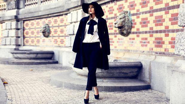 febd727bb5fd1b Frau in schwarzem Kleid