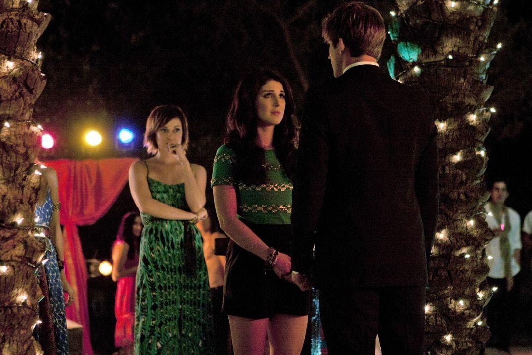 Annie (Shenae Grimes, M.) kann nicht fassen, was Liam (Matt Lanter, r.) von ihr erwartet ... Erin (Jessica Stroup, l.) steht ihrer Freundin zur Seite. - Bildquelle: TM &   2011 CBS Studios Inc. All Rights Reserved.