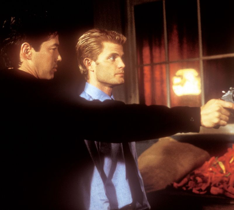 Gemeinsam versuchen Rick (Russell Wong, l.) und Connor (Casper Van Dien, r.), die verschwundene Kim aus den Händen der chinesischen Mafia zu befrei... - Bildquelle: 2000  MUSE PRODUCTIONS (TRACKER) INC.