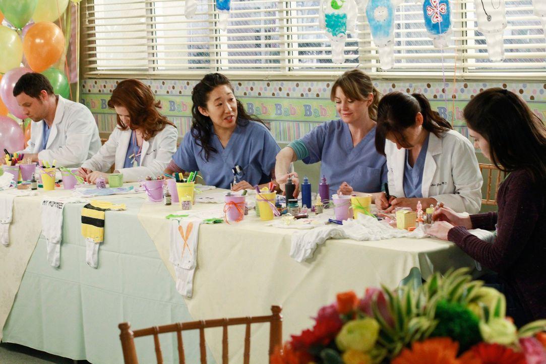 Selbstverständlich sind Alex (Justin Chambers, l.), April (Sarah Drew, 2.v.l.), Cristina (Sandra Oh, 3.v.l.), Meredith (Ellen Pompeo, 3.v.r.) und Le... - Bildquelle: ABC Studios
