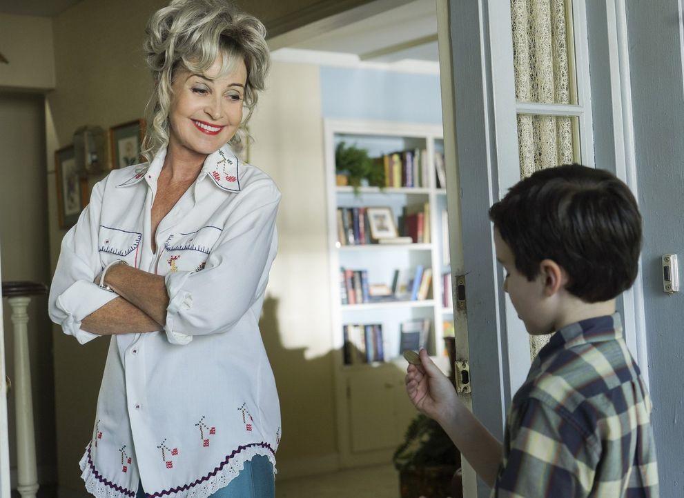 Um sein NASA-Projekt voranzutreiben braucht Sheldon (Iain Armitage, r.) die Unterstützung von Meemaw (Annie Potts, l.). Doch hat sie genug Geld, um... - Bildquelle: Warner Bros.
