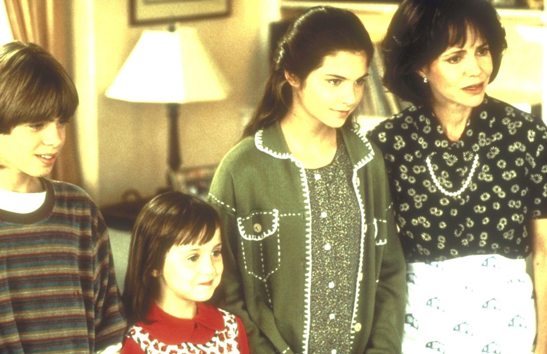 Miranda (Sally Field, r.) und die Kinder Lydia (Lisa Jakub, 2.v.r.), Chris (Matthew Lawrence, l.) und Natalie (Mara Wilson, 2.v.l.) sind schon nach... - Bildquelle: 20th Century Fox