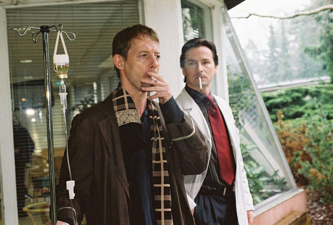Das Rauchen hat Fred Leisers (Luc Feit, l.) Gesundheit zerrüttet. Nicht einmal im Krankenhaus kann der allein erziehende Vater von seinem Laster las... - Bildquelle: Monika Schürle Sat.1