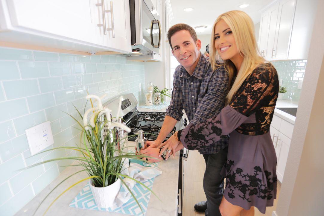 Stolz dekoriert das Makler-Paar Tarek (l.) und Christina El Moussa (r.) ihr fast vollendetes Projekt. Konnten sie ihre Vorstellungen erwartungsgemäß... - Bildquelle: 2016,HGTV/Scripps Networks, LLC. All Rights Reserved