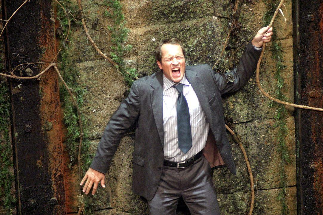 Mathias (Markus Knüfken) steht auf der Plattform, die sich langsam in die Felswand zurückzieht. 40 Meter weiter unten befindet sich ein mooriger B... - Bildquelle: Sat.1