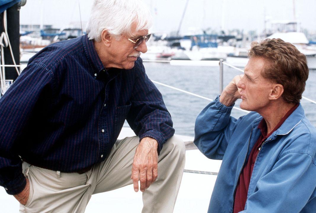 Dr. Mark Sloan (Dick Van Dyke, l.) unterhält sich mit Richter Peter McReynolds (Robert Stack, r.). - Bildquelle: Viacom