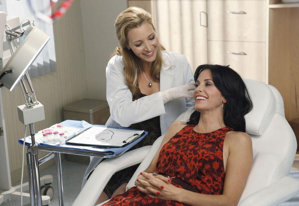 Die unsympathische Dr. Evans (Lisa Kudrow, l.) macht sich über Jules (Courteney Cox, r.) lustig, weil diese sich Botox spritzen lässt ... - Bildquelle: 2009 ABC INC.