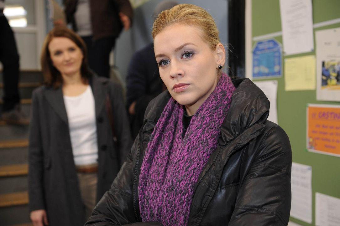 Alexandra (Verena Mundhenke, r.) ist entsetzt darüber, dass Gabriele (Marie Schneider, l.) einfach an die Schule zurückkehrt ... - Bildquelle: SAT.1
