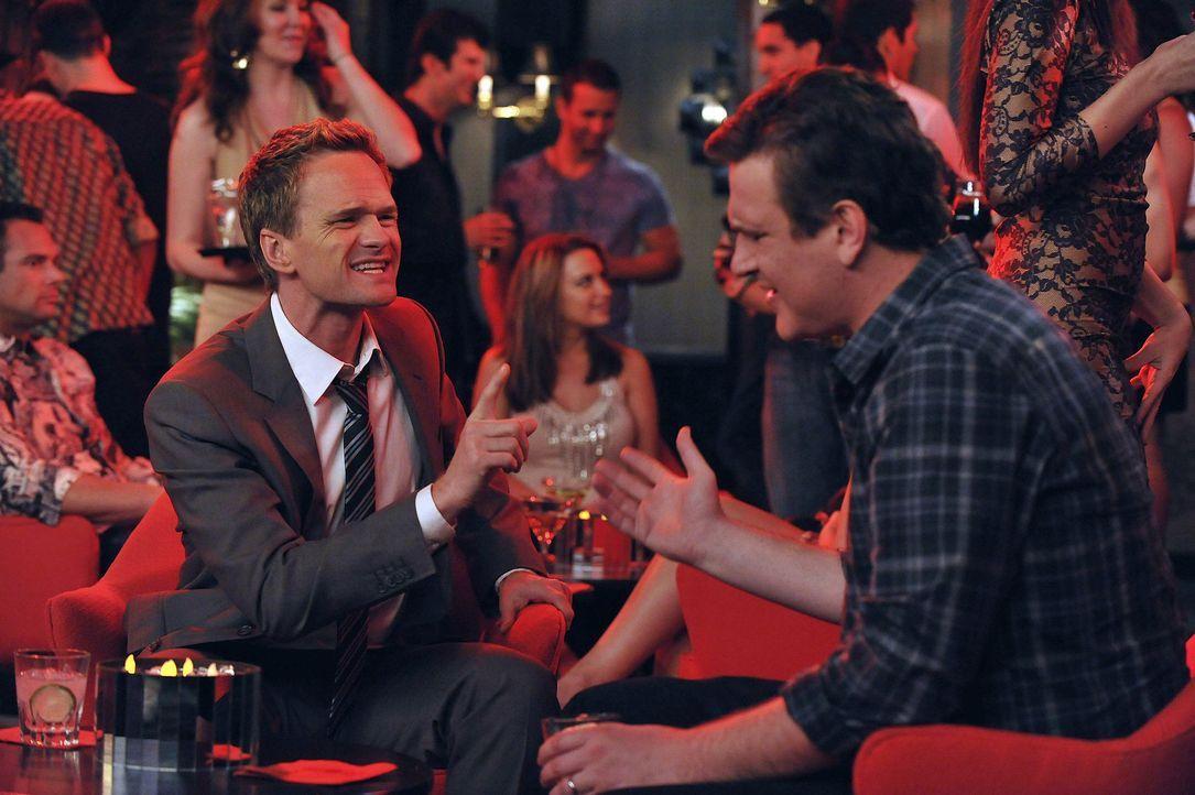 Während Barney (Neil Patrick Harris, r.) und Marshall (Jason Segel, r.) aneinander geraten, plant Ted ein romantisches Wochenende mit Zoey ... - Bildquelle: 20th Century Fox International Television