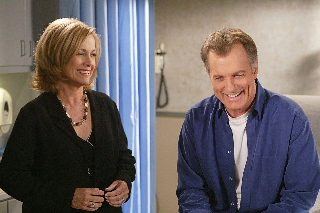 Der erste Schock ist überstanden: Annie (Catherine Hicks, l.) und Eric (Stephen Collins, r.) ist sogar schon wieder zum Lachen zumute ... - Bildquelle: The WB Television Network