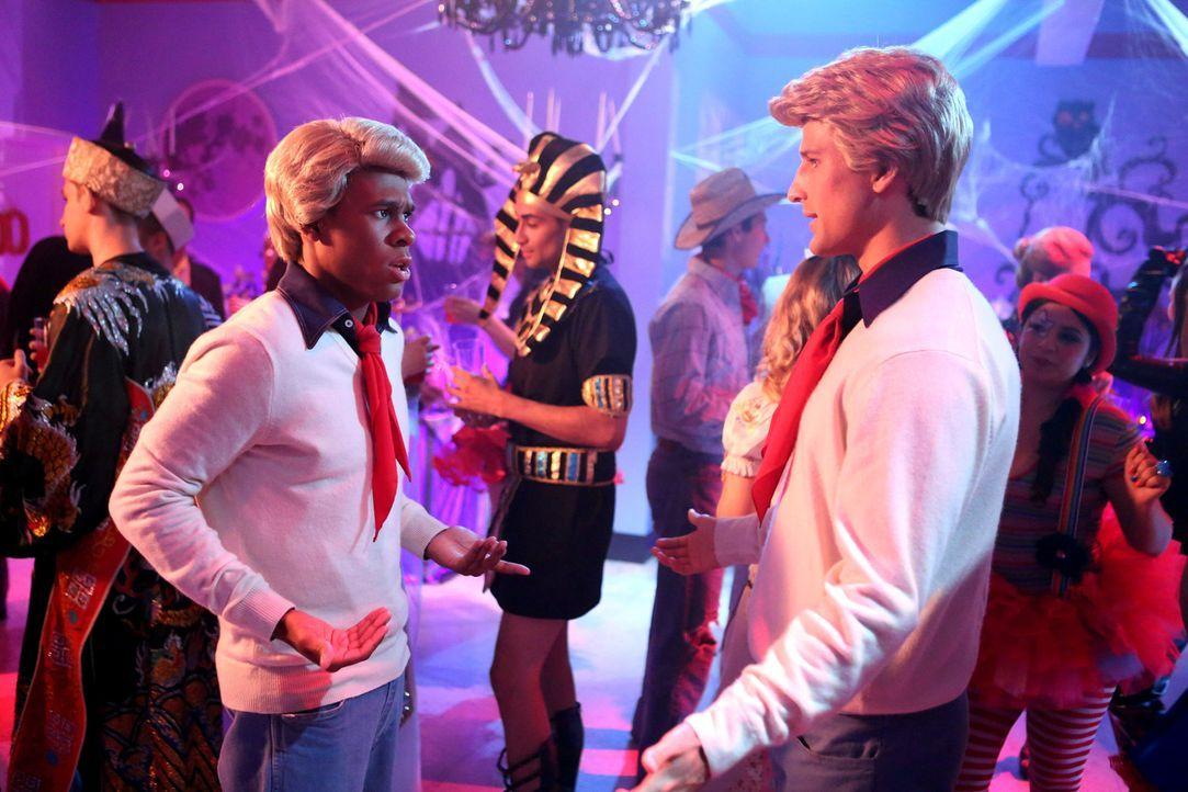 Hatten die gleiche Kostüm-Idee: Malik (Maestro Harrell, l.) und Ryan (Parker Young, r.) ... - Bildquelle: Warner Brothers