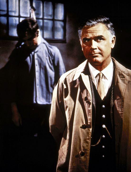 Inspektor Higgins (Joachim Fuchsberger, r.) wird in ein Mädchenpensionat gerufen, in dem furchtbare Morde geschehen ... - Bildquelle: Constantin Film