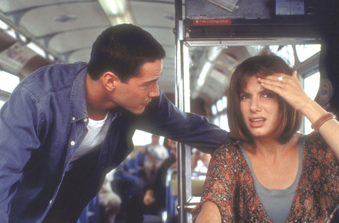 Gemeinsam mit dem Polizisten Jack Traven (Keanu Reeves, l,) sucht Annie (Sandra Bullock, r.) einen Ausweg aus der rollenden Katastrophe. - Bildquelle: Twentieth Century Fox of Germany